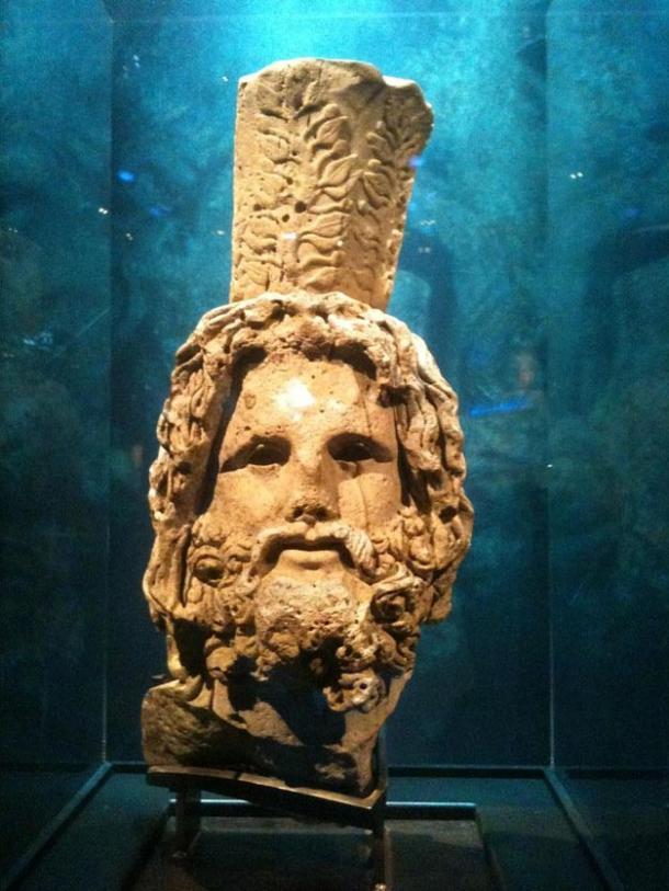 Cabeza de Serapis, tomada de una estatua de 3.6 metros hallada en la costa de Alejandría.
