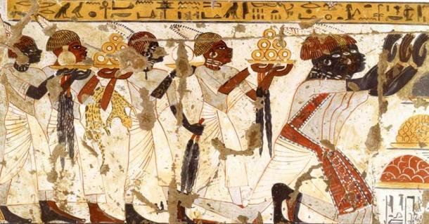 La tumba de Hekanefer revela que él estaba habituado a las creencias religiosas y costumbres egipcias. La tumba contenía la ushebti, que es la estatuilla funeraria egipcia.