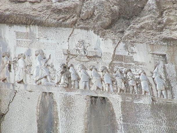 """Durante la vida de Buda (b. 563 - d. 483 BCE) cuando el Imperio Persa se estiraba desde Egipto a Indus, Darío el Grande llega al poder derrocando al astrónomo Magi """"Gaumata"""" en Babilonia y de quienes sus inscripciones Bisutun clama: """"se tomó el reino el 1 de Julio, 522 BCE. De ahi le rece al Ahuramazda y lo mate."""" Imagen de Darío asegurando la dominación Persa y pisa los rebeldes con inscripciones abajo."""