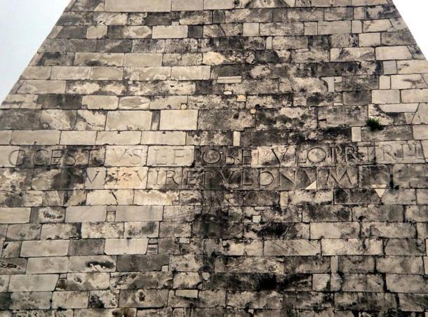 Inscripción sobre la Pirámide de Cestius