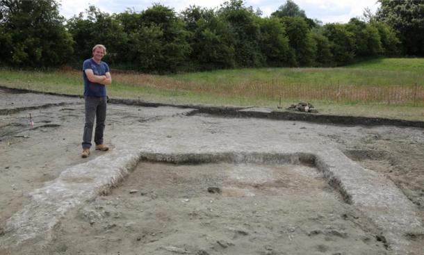 Jim Leary, arqueólogo líder, con los restos de las paredes y el piso de la antigua casa en Marden Henge