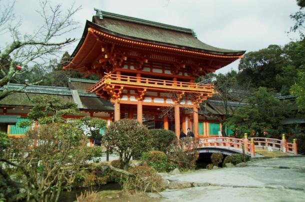 El tranquilo santuario Kamigamo-jinja en Kyoto reveló un antiguo fragmento de cristal que pudo haber tenido su origen en la antigua Persia.