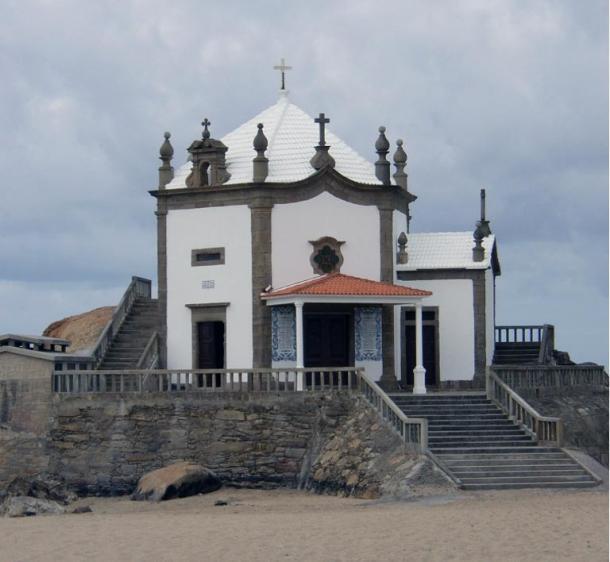 La-Capela-do-Senhor-da-Pedra.jpg
