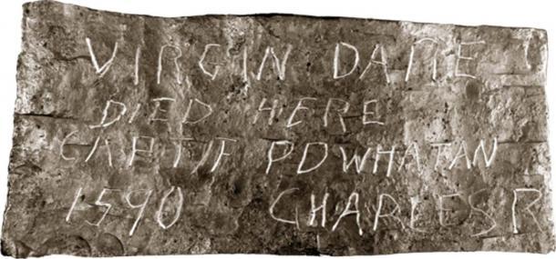 """Una de las otras piedras dice: """"La Virgen Dare murió aquí, Captif Powhatan, 1590, Charles R"""". (Dominio publico)"""