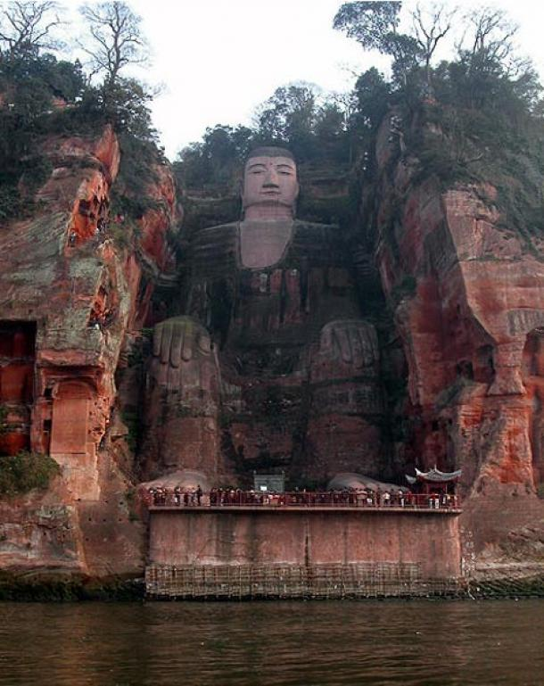 El gran Buda de Leshan con turistas