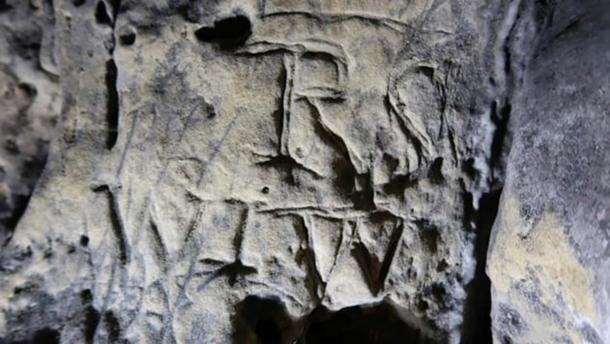 """Los diseños de marcas de brujas más populares en Creswell Crags están vinculados religiosamente, como el signo de conexión """"VV"""". (Inglaterra histórica)"""
