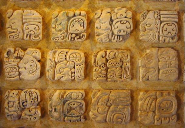 Jeroglíficos mayas en estuco en el Museo de Sitio de Palenque, México