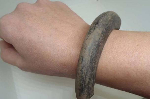 Parte del brazalete de la Edad de Bronce encontrado en Carnoustie. (GUARDIA Arqueología)