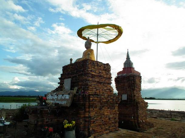 Plataforma flotante sobre el templo sumergido de Wat Tilok Aram