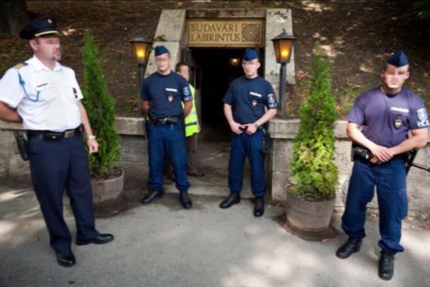 La policía bloquea la entrada al Laberinto de Buda. Imagen vía Castillo del Laberinto de Buda HD