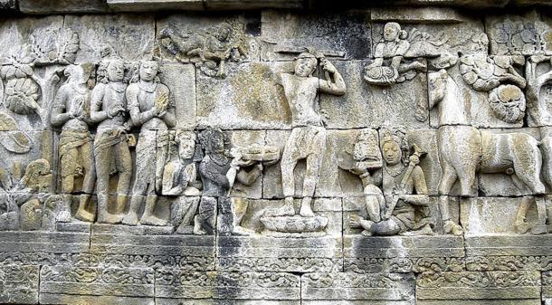 El Príncipe Siddhartha Gautama se afeita la cabeza como signo de la caída de su estatus como ksatriya (clase guerrera) y se convierte en un ermitaño, su sirviente sujeta la espada, corona y joyas de príncipe mientras su caballo Kanthaka está de pie a su derecha. Panel bajo relieve en Borobudur, Java, Indonesia.