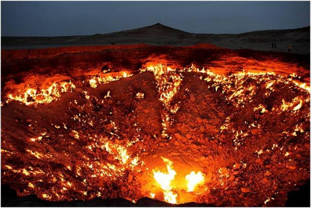 """El depósito de gas de """"La Puerta del Infierno"""", cerca de Derweze en Turkmenistán, lleva ardiendo desde 1971"""