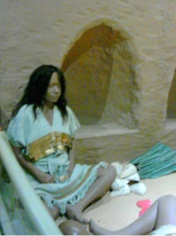 Representación del sacrificio de una mujer en la tumba Este en Huaca del Loro, Museo Nacional Sicán, Ferreñafe, Perú