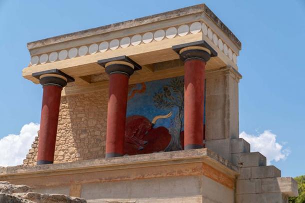Ruinas en el palacio de Knossos, incluido un panel de pintira restaurado. Crédito: Ioannis Syrigos