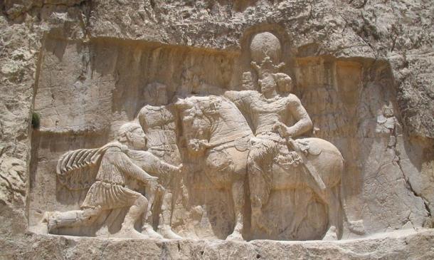 Escultura sasánida en Naqsh-e Rostam, Irán, representa mundo el triunfo de Shapur sobre el emperador romano Valeriano