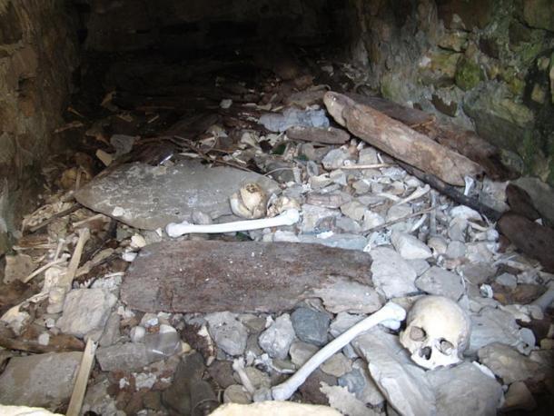 Esqueletos dentro de una cripta en Dargavs, Rusia