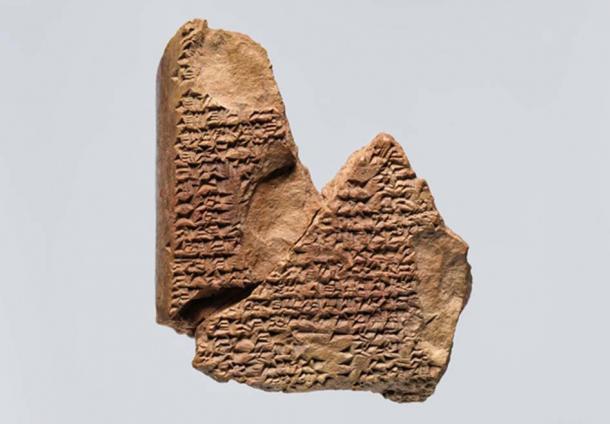 Tablilla cuneiforme: fragmento de un presagio hepático. (Museo Metropolitano de Arte)