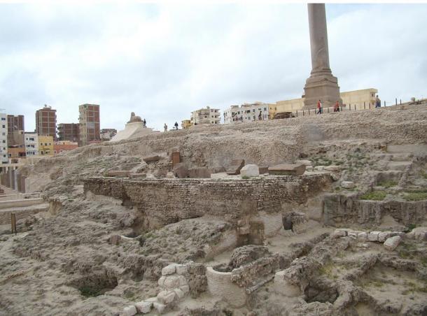 Los restos del lugar antiguo del templo de Serapis en Alejandría. Incluyó alguna vez el templo, una biblioteca, salones de conferencias y santuarios más pequeños, pero después de muchas reconstrucciones y conflictos sobre el sitio, ahora es prácticamente solo ruinas.