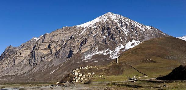 Vista de una montaña sobre Dargavs: La ciudad de los muertos