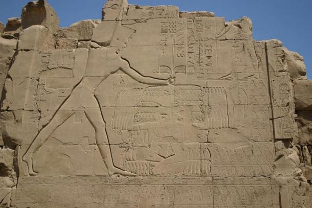 Tutmosis III aniquilando a sus enemigos. Altorrelieve sobre el séptimo pilón en Karnak.