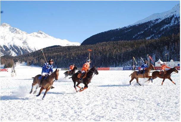 El Polo ha pasado de ser un juego practicado en la antigüedad en sucios campos de hierba asiáticos a convertirse un deporte de moda practicado en todo el mundo y, más recientemente, sobre campos nevados, sobre arena, en bicicleta o incluso, dentro del agua, sin caballos. Imagen del Trofeo Cartier de Polo sobre Nieve en Suiza.