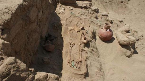Tumba moche con los restos de una mujer, un niño y bienes funerarios. (Deisy Cubas)