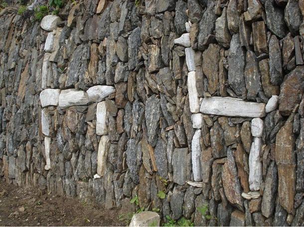 Dos llamas en piedra blanca en Choquequirao