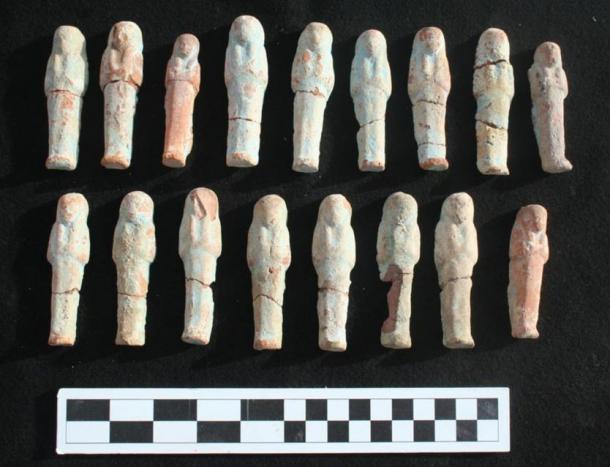 Estatuillas ushebti de arcilla descubiertas en el pozo, Lúxor, Egipto