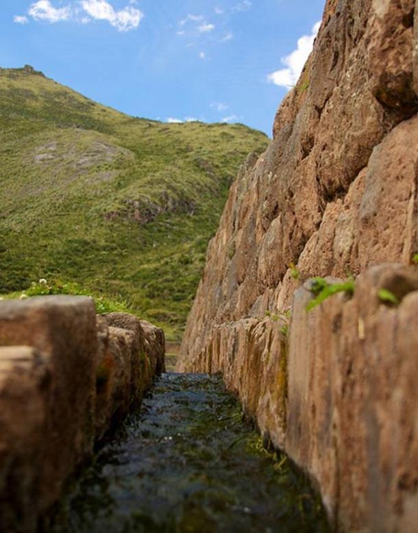 Canal de agua en Tipón