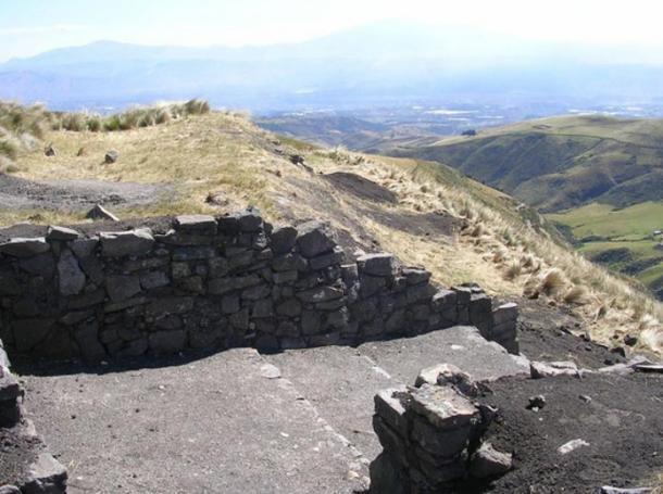 El portón oeste de la foratleza inca de Quitoloma. Arqueólogos trabajan en excavación y preservación.