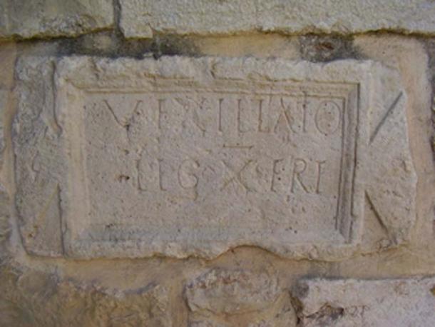 """Inscripción de Abu Ghosh que menciona una """"vexillatio"""", un destacamento de la X legión romana. (Avi1111 / Dominio público)"""