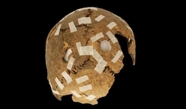 Un cráneo trofeo fragmentario con modificaciones de agujeros perforados. (F. Garrido y C. Morales / Uso justo)