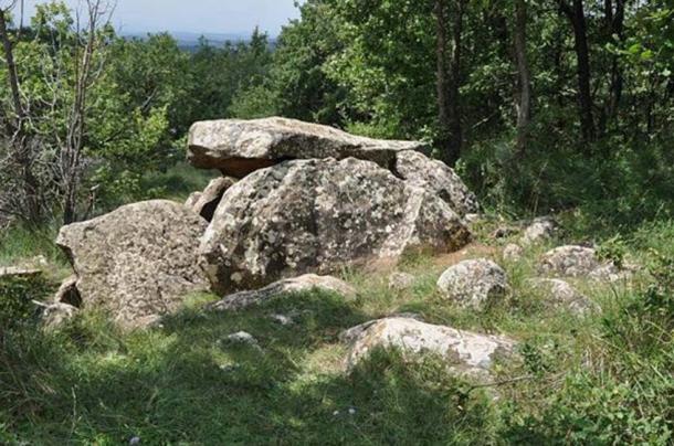 Una tumba megalítica (dolmen) justo debajo de la cima del Puig Rodó (1056 m, Moià, Comarca de Bages, Cataluña, España). (Vincent van Zeijst / CC BY SA 3.0) Los primeros dólmenes ibéricos fueron creados por personas neolíticas.