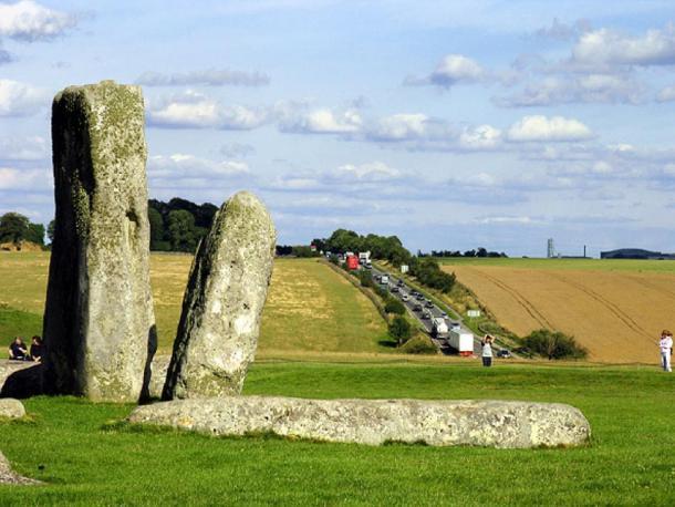 Colas A303 en Stonehenge. Esta vista se ve más o menos al suroeste hacia la carretera. (Pam Brophy/ CC BY-SA 2.0)