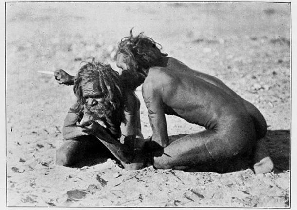 Aborígenes australianos - Kurdaitcha usando un hueso señalador. (Fæ / CC BY-SA 4.0)