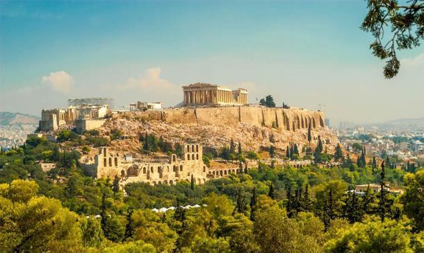 La Acrópolis se encuentra en lo alto de una colina que domina Atenas, lo que dificulta que las personas con problemas de movilidad lleguen a ella. Crédito: milosk50 / Adobe Stock