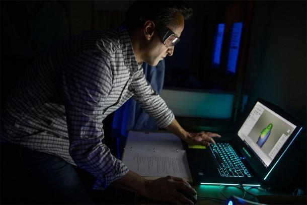 Adam Aja trabaja en imágenes en 3D del ataúd egipcio de Mut-iy-iy. (Kris Snibbe / Harvard Gazette)