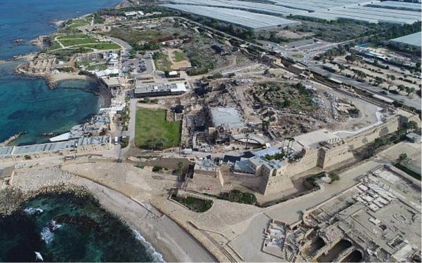 Foto aérea del antiguo puerto de Cesarea Marítima donde se encontró la inscripción bizantina. (Yaakov Shimdov / Autoridad de Antigüedades de Israel)
