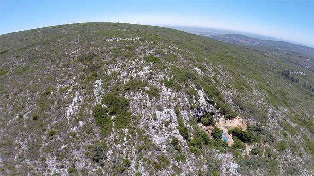 Vista aérea de Lapa do Picareiro en el centro de Portugal, donde se desenterraron los artefactos auriñacienses. (Jonathan Haws / Universidad de Louisville)