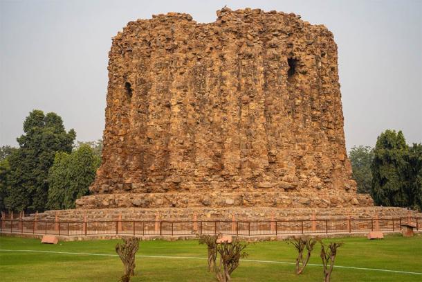 El monumento inacabado de Alai Minar dentro del complejo Qutab Minar en Nueva Delhi que estaba destinado a ser más alto que el Qutab Minar (MelissaMN / Adobe Stock)