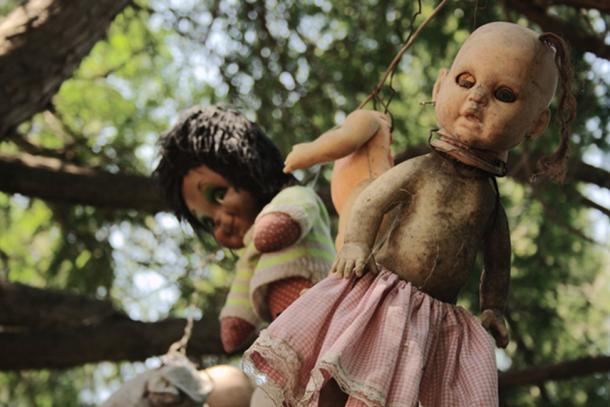 Algunas de las muñecas de la chinampa de Santana Barrera, la Isla de las Muñecas en México. Fuente de la foto: FlickreviewR / CC BY-SA 2.0.