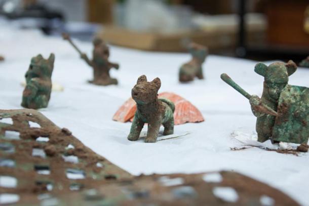Algunas de las ofrendas de Wari encontradas en Pikillaqta: figurillas de pumas, figuras zoomorfas y guerreros fueron encontradas junto con conchas de spondylus y una hoja de plata. (DDC Cusco)