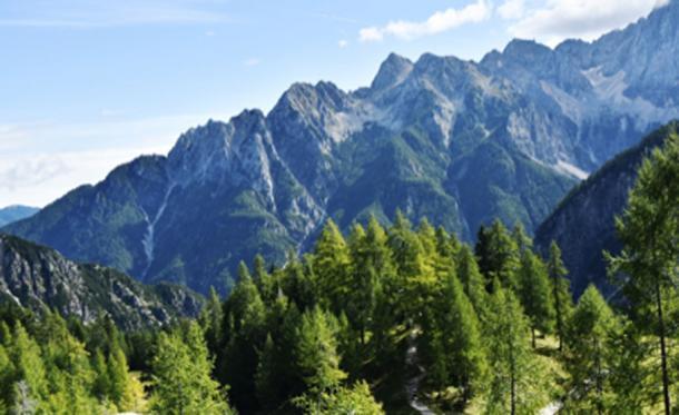 Alpes Julianos italianos donde se descubrieron los últimos restos de un oso cavernario. (lloorraa / dominio público)