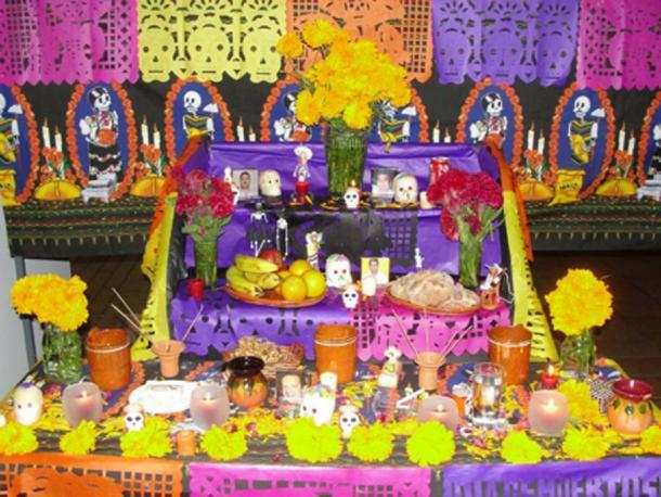 Altar de los Muertos - Altar callejero para honrar a los antepasados en el Día de los Muertos. (© georgefery.com)