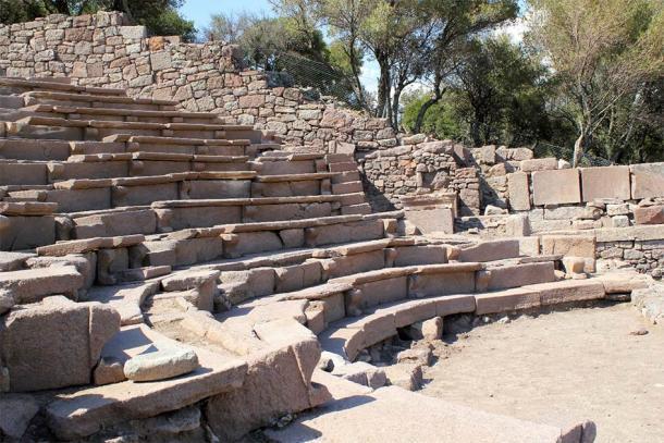 Un antiguo anfiteatro en el sitio de la antigua ciudad de Aigai donde se encontraron recientemente los objetos de huesos de cabra. (Klaus-Peter Simon / CC BY-SA 3.0)