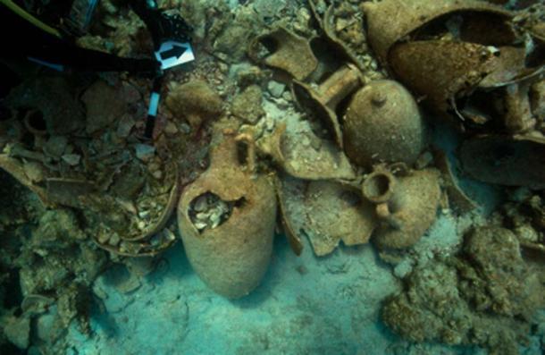 Ánforas alrededor en la investigación arqueológica de este verano para naufragios. (Ministerio Helénico de Cultura y Deportes)