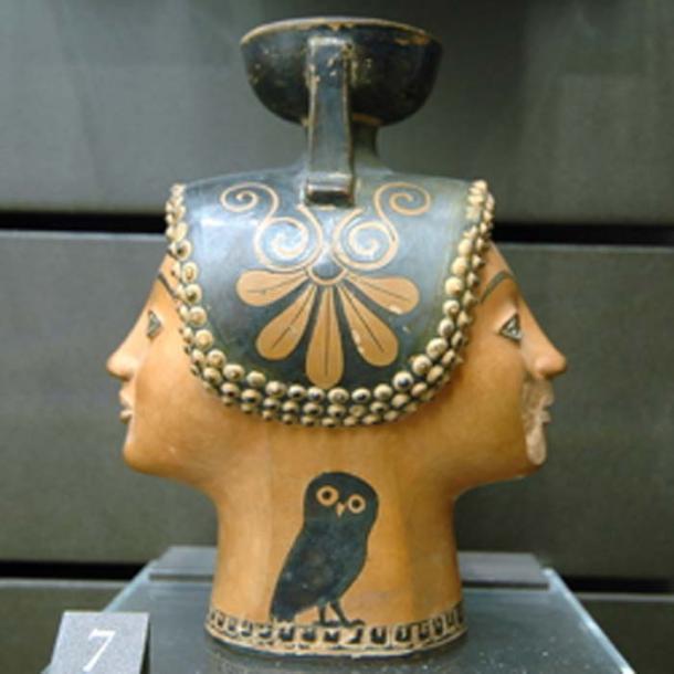 Ampolla de dos cabezas, una de las piezas de cerámica notables de la antigua Eretria. (Jona Lendering / Dominio público)
