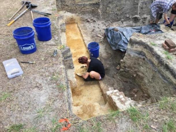 Un estudiante de arqueología de la ECU investiga los cimientos de una probable taberna en Brunswick Town. (Ben Steelman/Starnews)