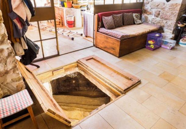 La antigua bañera se encuentra oculta debajo de un par de puertas de madera en la sala de estar de la casa de la familia.