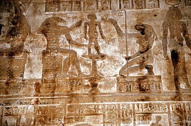 Los seres andróginos Khnum y Thoth crean humanos en un torno de alfarero (CC BY-SA 3.0)